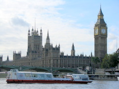 Kapal Tour berlatar Big Ben