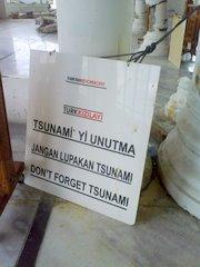 Jangan Lupakan Tsunami, tulisan pada Masjid di Lampuuk, Satu-satunya bangunan di desa Lampuuk yang tersisa sesaat setelah Tsunami.