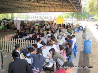 Mahasiswa sedang sibuk mengisi KRS
