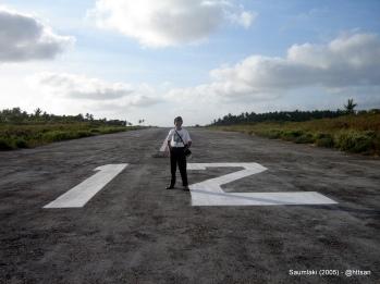 Berdiri di ujung landasan 120.