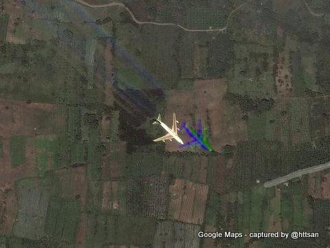 Pesawat terbang yang terekam pada citra satelit terlihat via Google Maps