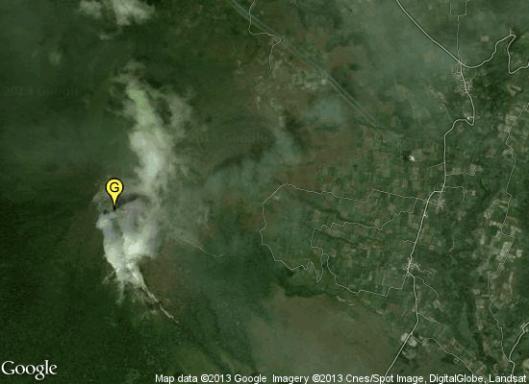Gunung Sinabung (G) dan pesawat udara yang terekam di citra pada Google Maps.